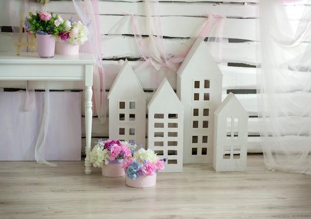 Delikatne kwiaty, białe dekoracje w jasnym pomieszczeniu