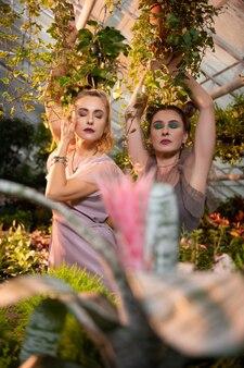 Delikatne piękno. ładne marzycielskie kobiety stojące z zamkniętymi oczami podczas pozowaniashoot