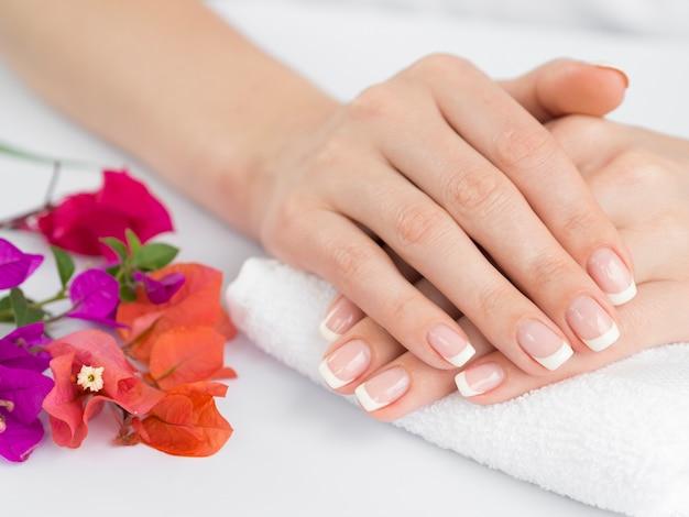 Delikatne ręce kobiety z wypielęgnowanymi paznokciami