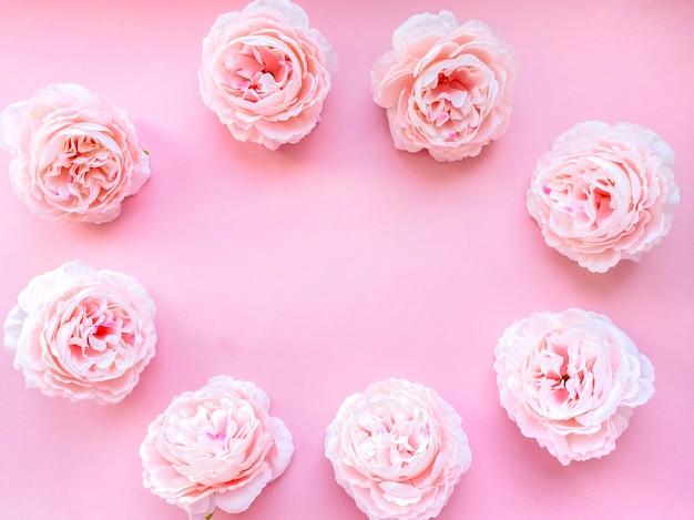 Delikatne różowe piwonie kwiaty w formie ramki, romantyczne tło dla twoich projektów. pojęcie piękna.