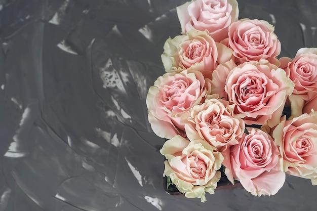 Delikatne różowe róże w kształcie serca. świetny prezent na walentynki. prezent dla zakochanej pary.