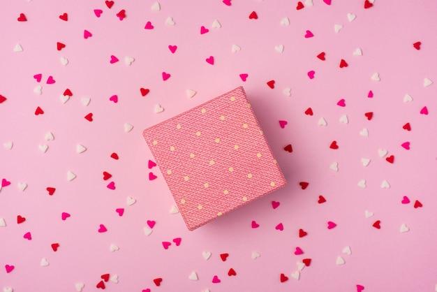 Delikatne różowe tło imprezowe ze serpentynami do świętowania z rozproszonym konfetti
