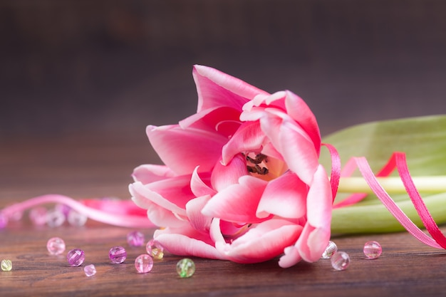 Delikatne różowe tulipany na brązowym drewnianym. zbliżenie. kompozycja kwiatów kwiatowa wiosna. walentynki, wielkanoc, dzień matki.