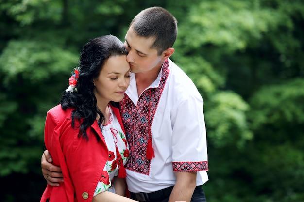 Delikatnie przytulając swoją żonę