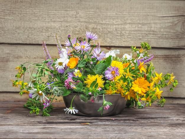 Delikatny bukiet dzikich kwiatów zbliżenie na ganku wiejskiego domu