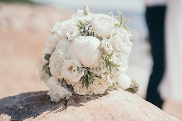 Delikatny bukiet panny młodej z piwoniami i różami zbliżenie bukiet ślubny krzak róż w pannie młodej...