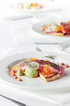 Delikatny filet dorado z warzywami i bazylią bankietowe dania świąteczne menu restauracji dla smakoszy