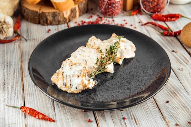 Delikatny filet z indyka w sosie śmietanowym z rozmarynem