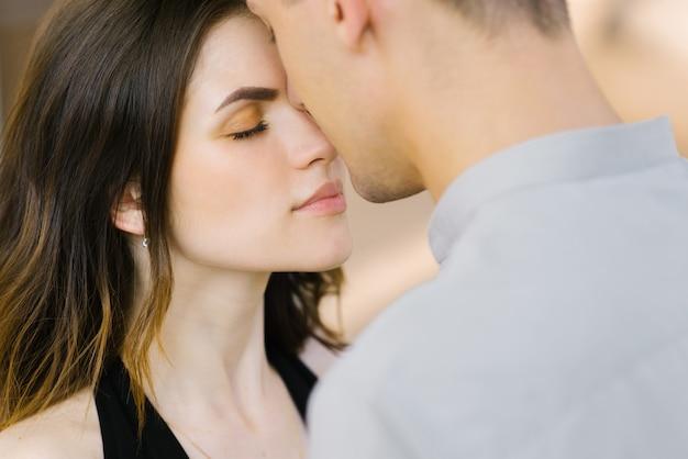 Delikatny i drżący pocałunek na nosie faceta i dziewczynki