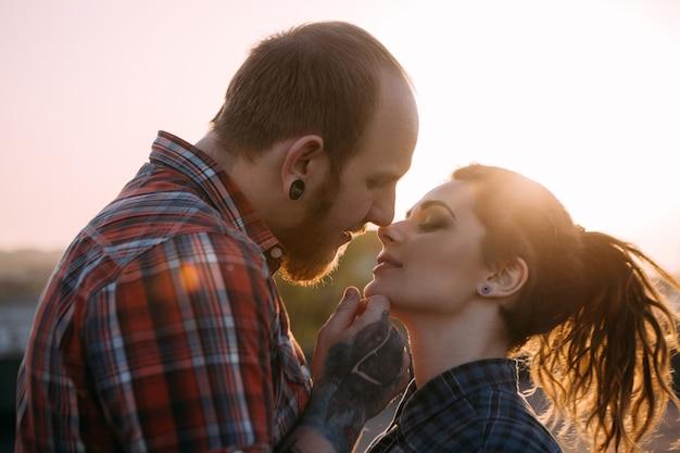 Delikatny pocałunek para hipster. tło relacji młodzieży. delikatni młodzi ludzie razem zbliżenie, nastrojowe podświetlenie z naciskiem na pierwszy plan, koncepcja miłości