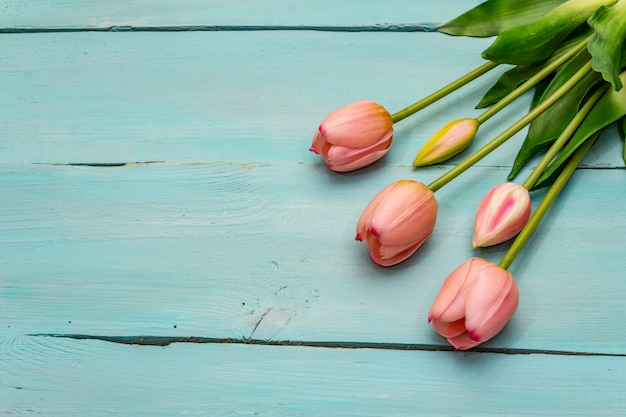 Delikatny różowy tulipan bukiet na drewnianym stole