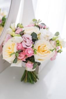 Delikatny rustykalny bukiet kwiatowy na białym tle