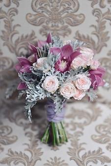 Delikatny ślubny bukiet ślubny, kwiatowa kompozycja kwiatów świętuje świąteczny wystrój