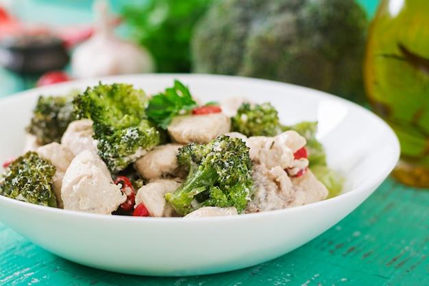 Delikatny smażony kurczak z brokułami i papryczkami chili w kremowym sosie czosnkowym