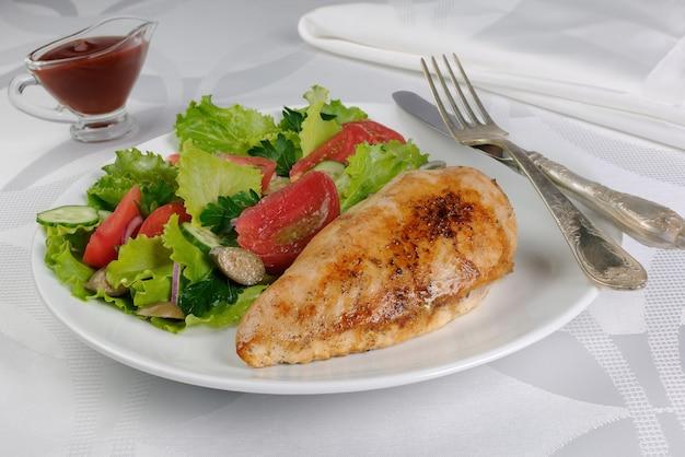 Delikatny sznycel z kurczaka z dodatkami warzywnymi