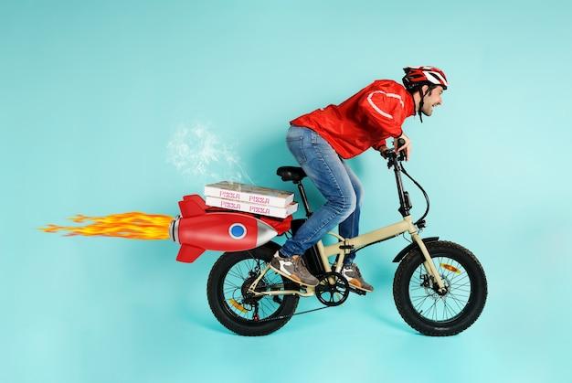 Deliveryman działa szybko jak rakieta na rowerze elektrycznym, aby dostarczyć pizzę