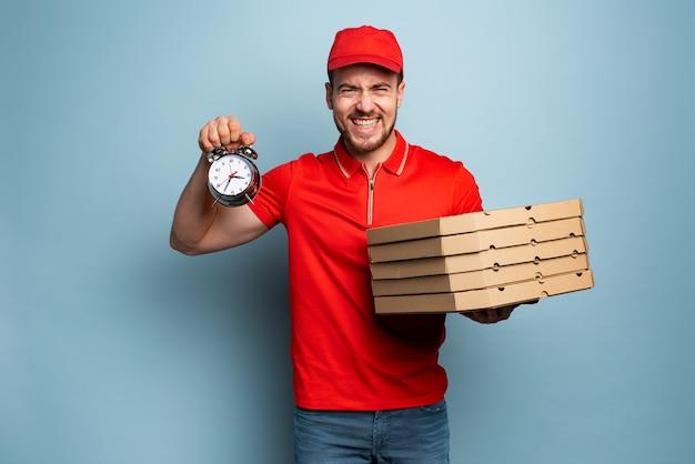 Deliveryman jest punktualny, aby szybko dostarczać pizze. niebieskie tło
