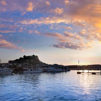 Denia portowy zmierzch w marina przy alicante hiszpania