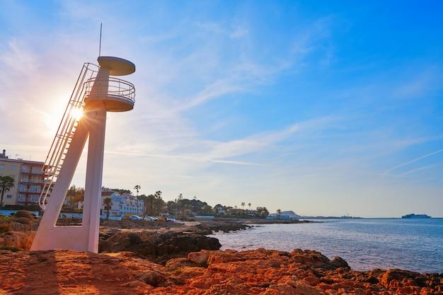 Denia zachód słońca w las rotas plaży hiszpanii