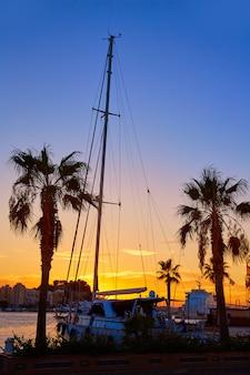 Denia zmierzch w marina łodziach śródziemnomorski hiszpania