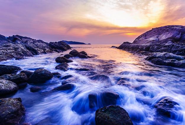 Denny zmierzch lub wschód słońca z kolorowym niebem i chmurą w zmierzchu