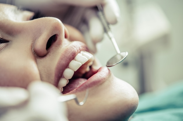 Dentyści leczą zęby pacjentów.