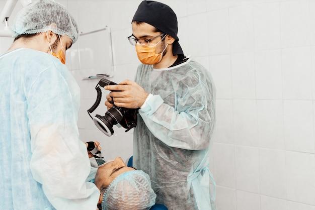 Dentyści wykonają operację, umieszczenie implantu. prawdziwa operacja. ekstrakcja zęba, implanty. opieka zdrowotna wyposażenie miejsca pracy lekarza. stomatologia