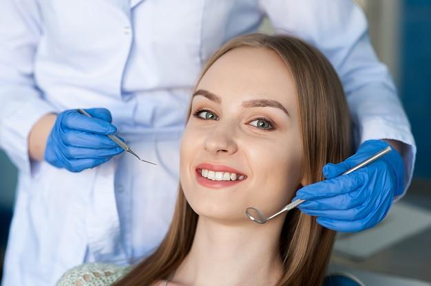 Dentysta bada zęby pacjenta u dentysty.