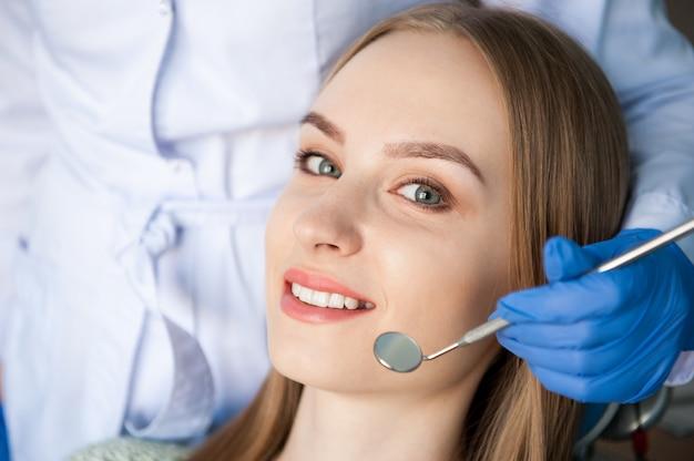 Dentysta bada zęby pacjenta w klinice dentystycznej.