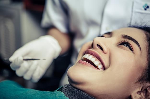 Dentysta bada zęby pacjenta.