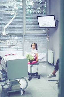 Dentysta dziecięcy. mała dziewczynka przy przyjęciem przy dentystą.