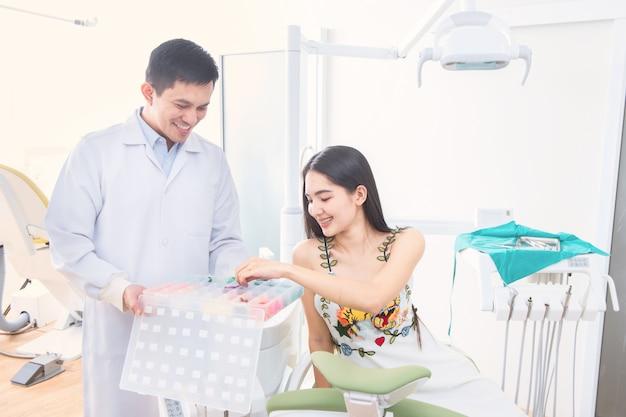 Dentysta i pacjent w biurze dentysta
