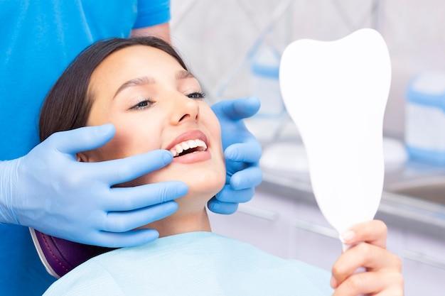 Dentysta i pacjent w gabinecie stomatologicznym