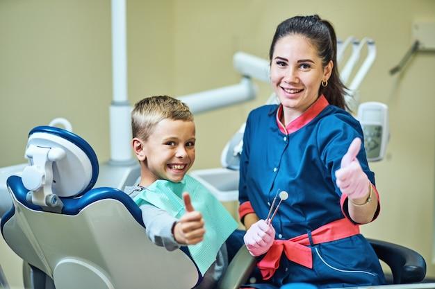 Dentysta leczący zęby i wypełniający ubytki w nowoczesnej klinice