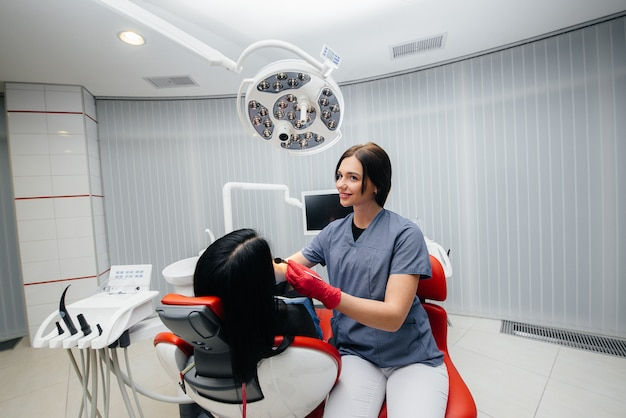 Dentysta leczy zęby dziewczynki. stomatologia.