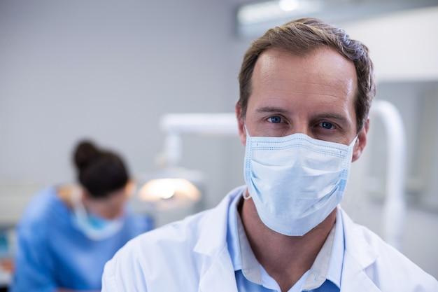 Dentysta noszenie maski chirurgicznej w klinice dentystycznej