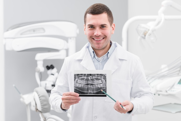 Dentysta przedstawiający skanowanie zębów
