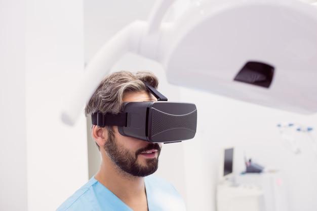 Dentysta przy użyciu zestawu słuchawkowego wirtualnej rzeczywistości