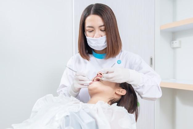 Dentysta sprawdza cierpliwych kobieta zęby