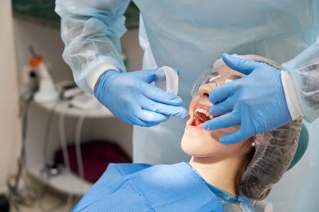 Dentysta używa gumowego przedłużacza dla pacjenta