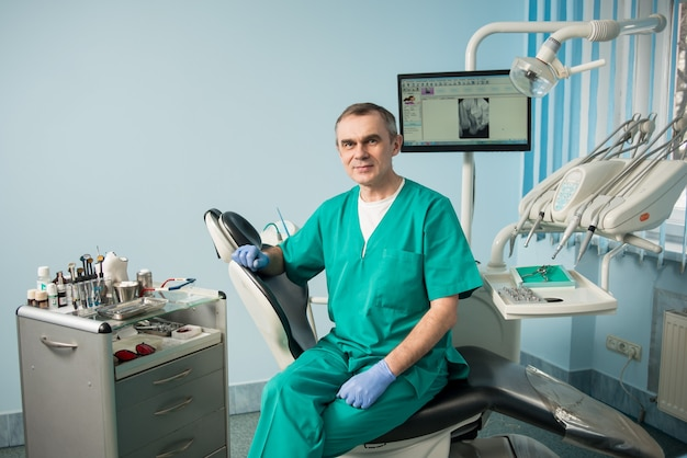 Dentysta w gabinecie stomatologicznym