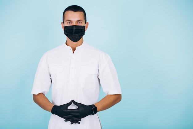 Dentysta w płaszczu na białym tle
