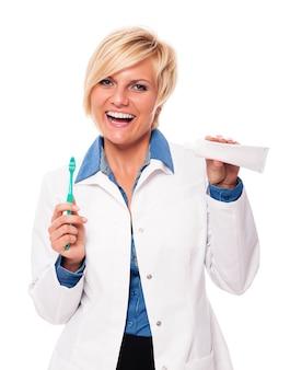 Dentysta zaleca codzienne mycie zębów
