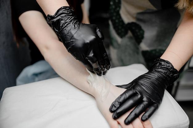 Depilacja dłoni kobiet. koncepcja piękna