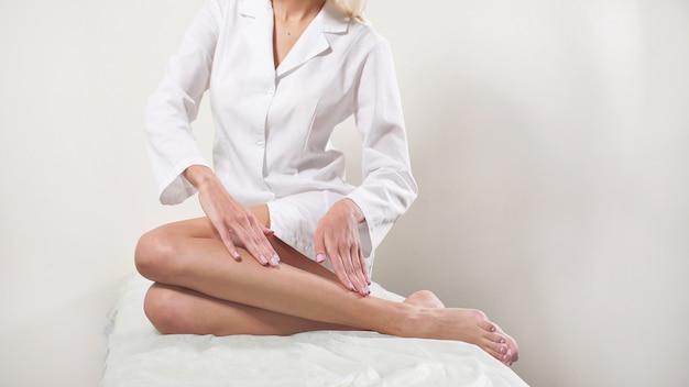 Depilacja, gładka jedwabista skóra stóp, po zabiegach spa, pielęgnacja skóry, centrum spa