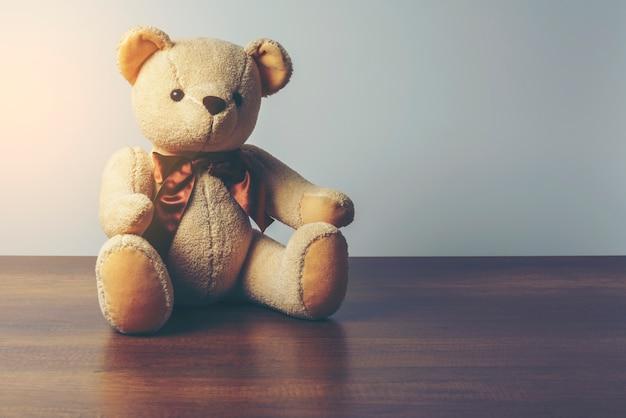 Depresja kluczowy wizerunek umieszcza na drewnianym stole teddy łza