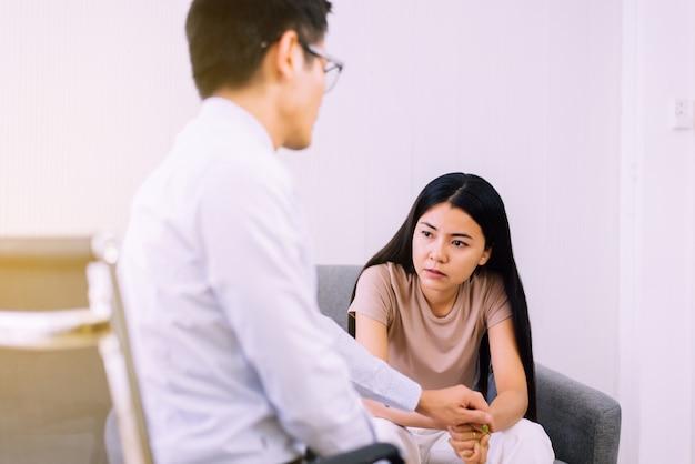 Depresja kobieta siedząca z psychologiemświatowy dzień zdrowia psychicznegokoncepcja zapobiegania samobójstwom