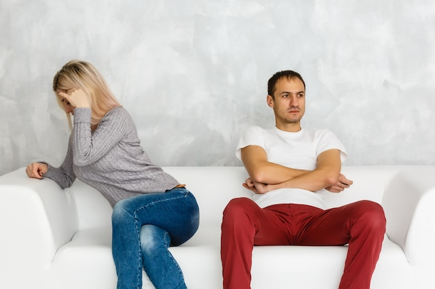 Depresji kobieta czuje się obrażony i smutny po walce z mężem siedzi na kanapie