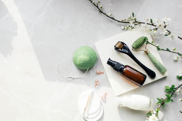 Dermaroller i serum obok kremu przeciwzmarszczkowego do twarzy przemysł kosmetyczny