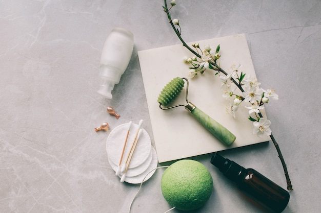 Dermaroller i serum obok przeciwzmarszczkowego kremu do twarzy przemysł kosmetyczny dermaroller do mikroterapii medycznej derma mezolloller do mezoterapii w pobliżu kwiatów